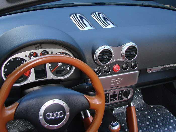 Cockpit de voiture avec panneaux avant en aluminium
