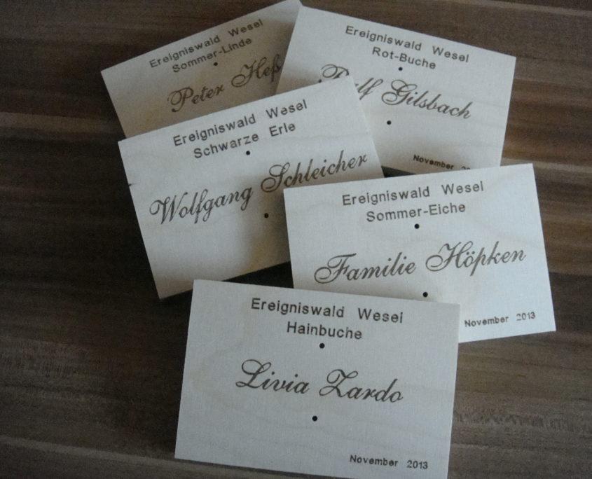 gravure de badges nominatifs en bois