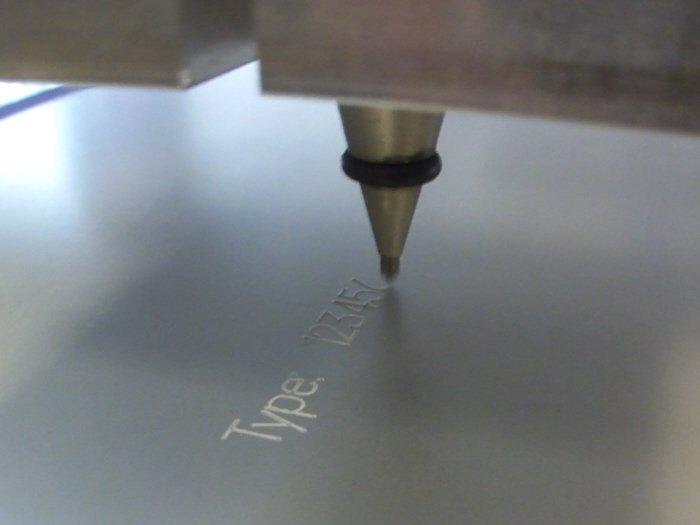 machine à embosser pour des inscriptions sur des matériaux durs